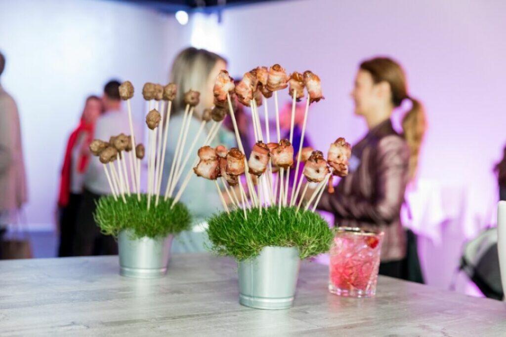 Kreatives Fingerfood, Datteln im Speckmantel und Meatballs am Spiess auf der Wiese